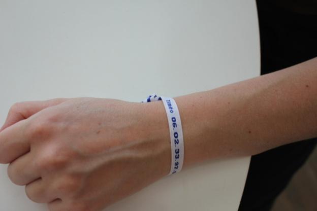 Étiquettes tissées fantaisie : utilisation en bracelet pour les enfants
