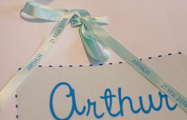 Utilisez un ruban en satin pour décorer votre faire-part de naissance !